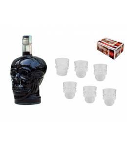 Бутилка черна водка и шотчета черепи